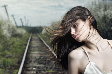 красивые девушки фото брюнетки на рельсах