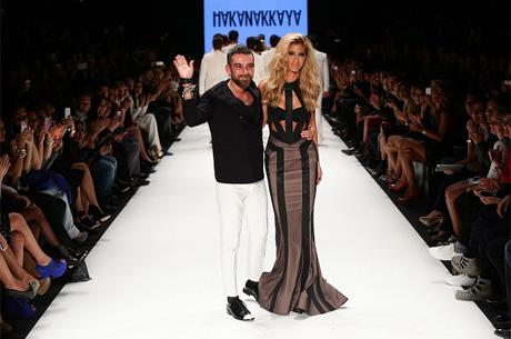 8c8336520cb35 13 yılı aşkın süredir moda tasarım sektörüne öncülük eden ünlü modacı Hakan  Akkaya, büyük ilgi gören MEN IN BLACK konseptiyle 3. kez Mercedes Benz  Fashion ...